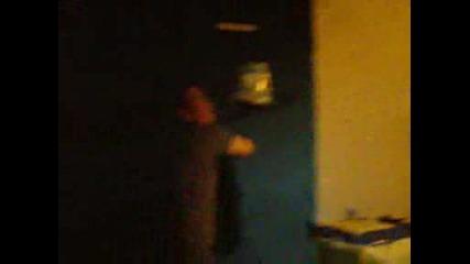 Черна нинджа се прибира вечер през прозореца