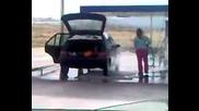 Супер тъпа жена , мие колата си отвън и отвътре