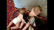 кученце си играе с бебенца :)