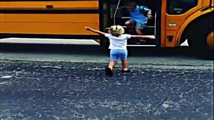 Малко момиченце посреща брат си от училище