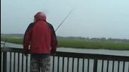 Този риболов мацето ще го помни дълго време, смях