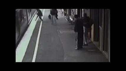 - Влак минава през детска количка !