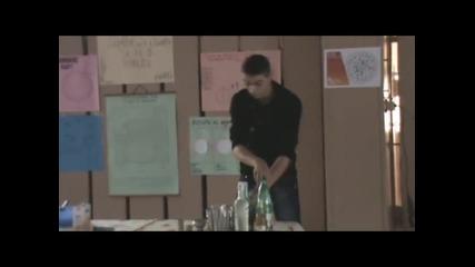 Туристи се правят на бармани и създават коктейли
