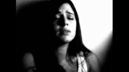 Момиче пее