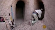 Мъж издълбава изкуствени пещери в пясъчните хълмове на Ню Мексико
