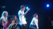 Билийбърите пеят Boyfriend , а Джъстин и екипът му танцуват поради възникнали технически проблеми
