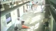 Кон изненадващо напада гледача