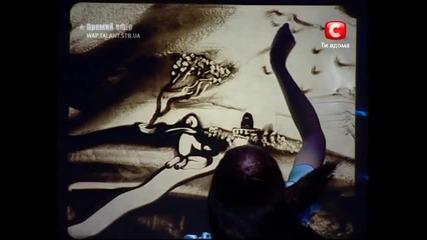Истински талант красиво момиче рисува на пясък Втора част