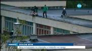 ОПАСНИ ИГРИ: Деца се катерят и висят от покриви на високи сгради