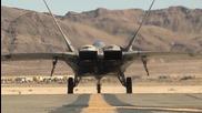 Изтребителят пето поколение F-22 Раптор демонстрира маневрените си способности