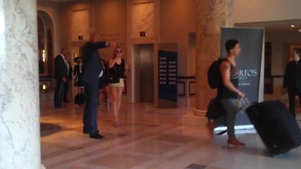 Бодигард на Lady Gaga удря фен