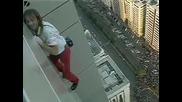 мъж се качва на 185 м зграда без въже