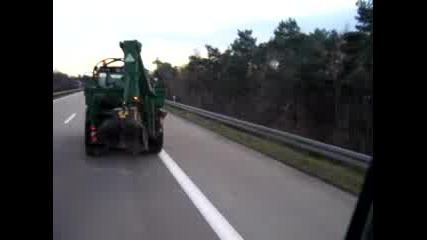 Трактор Се Движи С 80 Км/ч По Аутобан