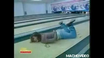 Mомиче сe пребива много лошо в боулинг зала