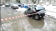 Как в Русия извадиха попаднал в дупка автомобил!