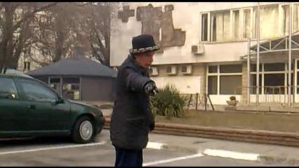Луда в Перник гони кола да се маха от пред общината-смях