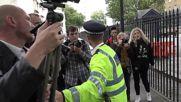 """Протест на """"Даунинг стрийт"""" 10 при стъпването в длъжност на новия премиер"""