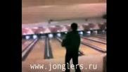 Жонгльор С Боулинг Топки - Лош Удар