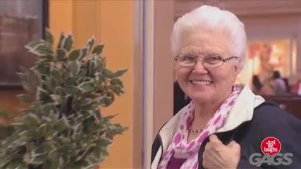 Смях ! Нахално ченге краде на стара дама седалката ! Скрита камера !