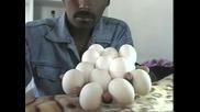 Човек Държи 12 Яйца В Ръката Си