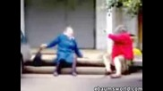 Бой Между Две Баби - Смях