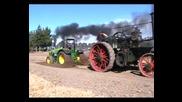Смях•трактор срещу парен локомотив на колела.