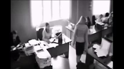 Видео показва как офис служителка скача през прозореца след критика от шефа си