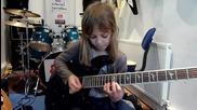 Осем годишно момиченце свири на китара