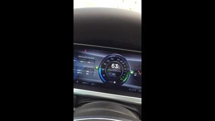 Зареждане на електромобил Tesla Model S при дърпане от камион