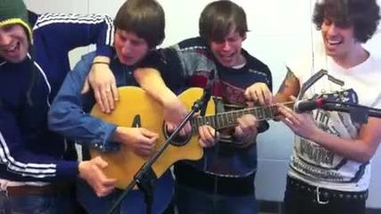 Четири момчета свирят на една китара