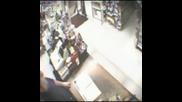 Тигър влиза в магазин