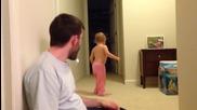 Баща удря зверски Headshot на бебчето си с възглавница