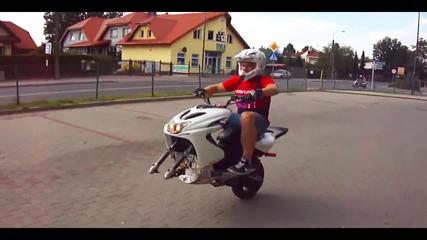 Абсолютен скутер маняк - Яки стънтове !
