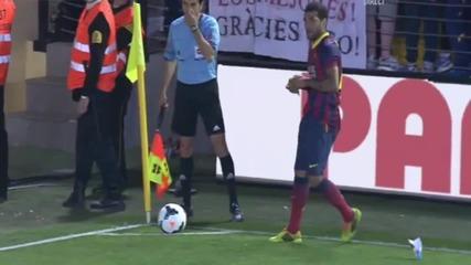 Барселона- Виляреал! Замериха Алвеш с банан, той го изяде
