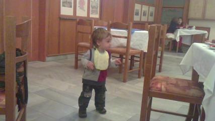 Чнг бебе Каан танцува
