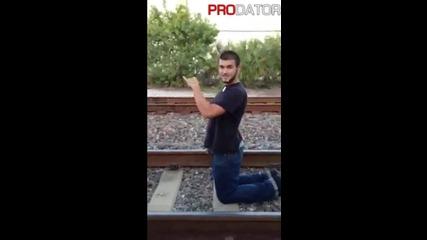 Момче Стои На Релсите Докато Минава Влак
