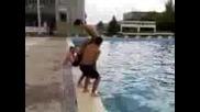 Двойно задно салто в басейна