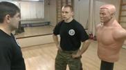 Руснак показва бойна техника, в която се нанасят силни удари в областта на лицето