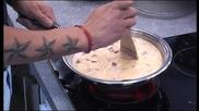 Джино приготвя омлет
