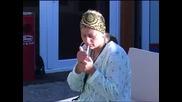 Ели се оплаква на Антоний, че я е заболяло гърлото след мезето от хлебарки, приготвени по неправил