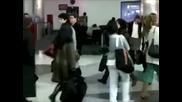 Ник Джонас и част от семейството му на летището 17.12.2009