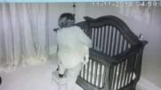 Бабата пада в леглото заедно с бебето .