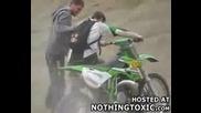 Dirt Bike Падане По Лице След Неправилен скок