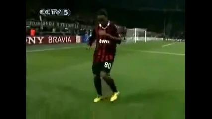 Смях ! Роналдиньо играе помпа кючек :d