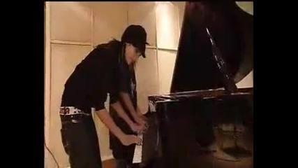 Bill and Tom Kaulitz play piano ...