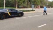 Дебил хвърля камъни по Lamborghini Aventador за 400 000 $