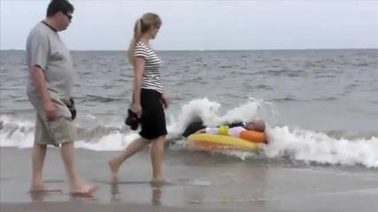 Със Смокинг На Плаж