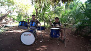 Two deaf-mute Mexican children go viral thanks to their ability to play drums with cans and buckets