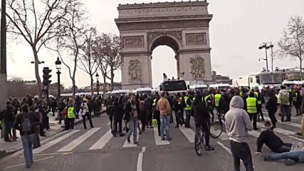 France: Rocks and tear gas fly at Paris' 17th week of 'Yellow Vest' protests