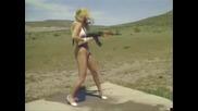 Жена с нея Ak-47